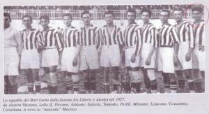 La formazione del Bari nel 1927 (Tutuccio Castellana è l'ultimo a destra nel cerchio)