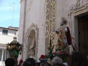 Statua processionale di S. Filippo, sul sagrato dopo la consegna delle chiavi