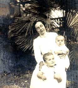 Olga con le figlie, Maria, in piedi, ed Elena